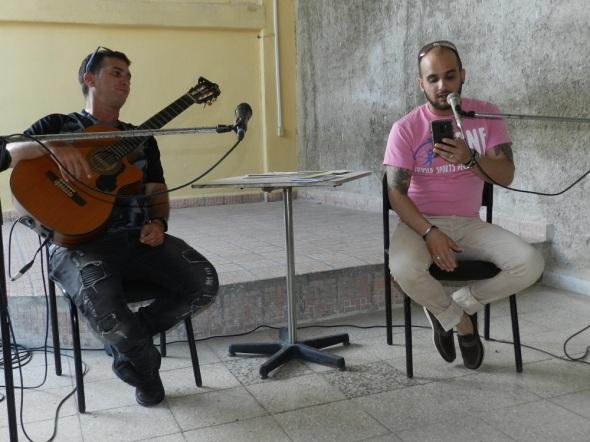 Daulin Aldana, acompañado a la guitarra por Michel Hernández