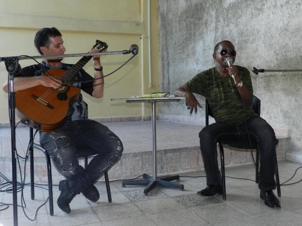 Simón Roberto acompañado a la guitarra por Michel Hernández