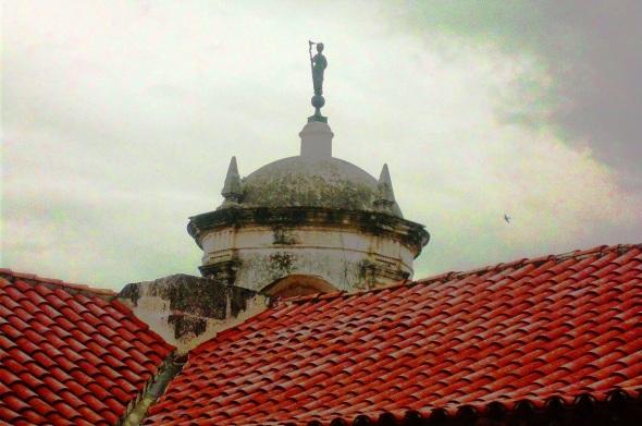 Se erige en la atalaya del Castillo de la Real Fuerza