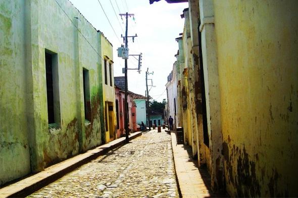 Calle empedrada, Sancti Spíritus. Autor Lázaro David Najarro Pujol. Dimensión 12 x 18 cm