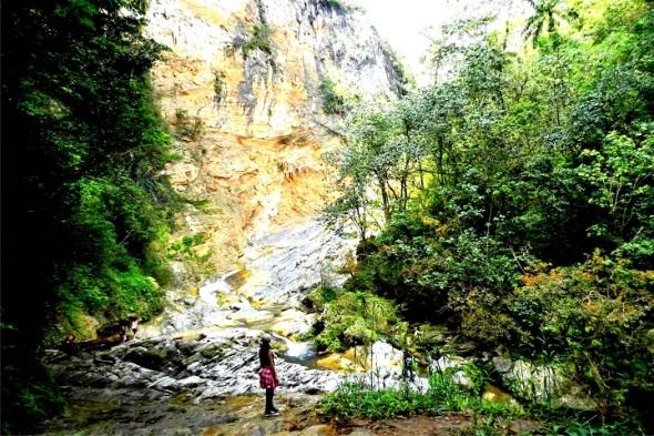 Cascada de Caburní. Topes de Collantes, Trinidad, Sancti Spíritus. Autor Lázaro David Najarro Pujol. Dimensión 8 x 12 cm