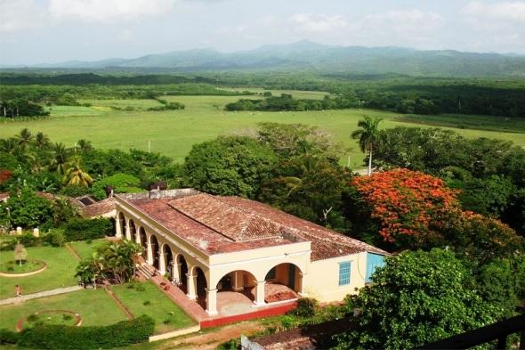 El verdor del Valle de los Ingenios. Trinidad, Sancti Spíritus. Autor Lázaro David Najarro Pujol. Dimensión 12 x 18 cm