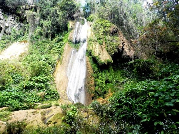 Salto El Rocío, cuyas aguas se precipitan desde más de treinta metros de altura