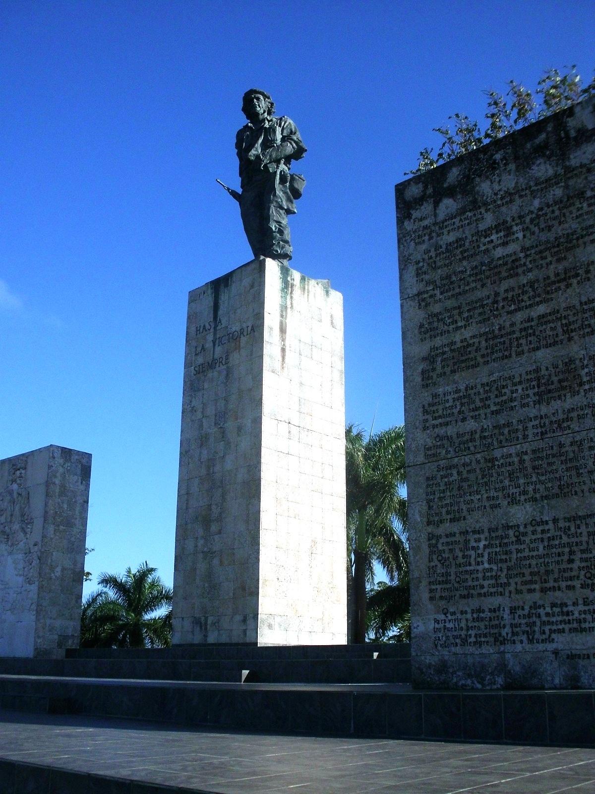 """Conjunto escultórico levantado por el escultor José Delarra, dedicado a Ernesto """"Che"""" Guevara"""