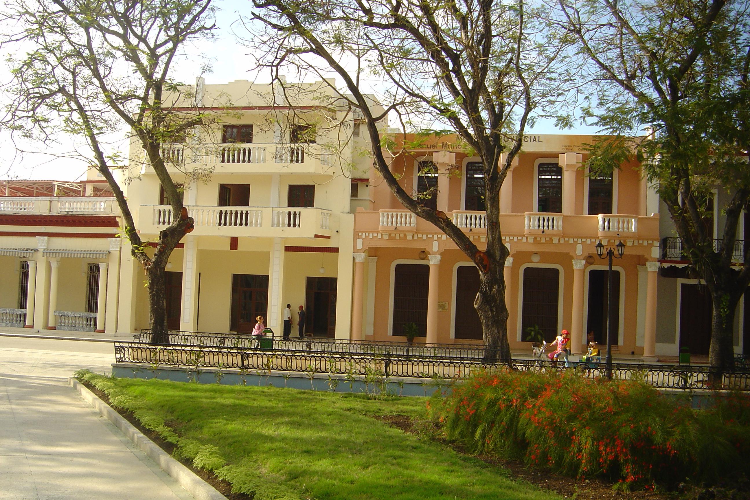 Casa Natal de  Carlos Manuel de Céspedes y otras edificaciones de la ciudad de Bayamo, urbe que poseen la condición de monumento nacional.