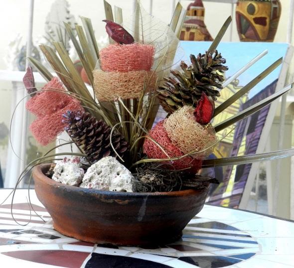 Convierte botellas, ramas de árboles, corales, conchas y hojas desechados en obras de arte