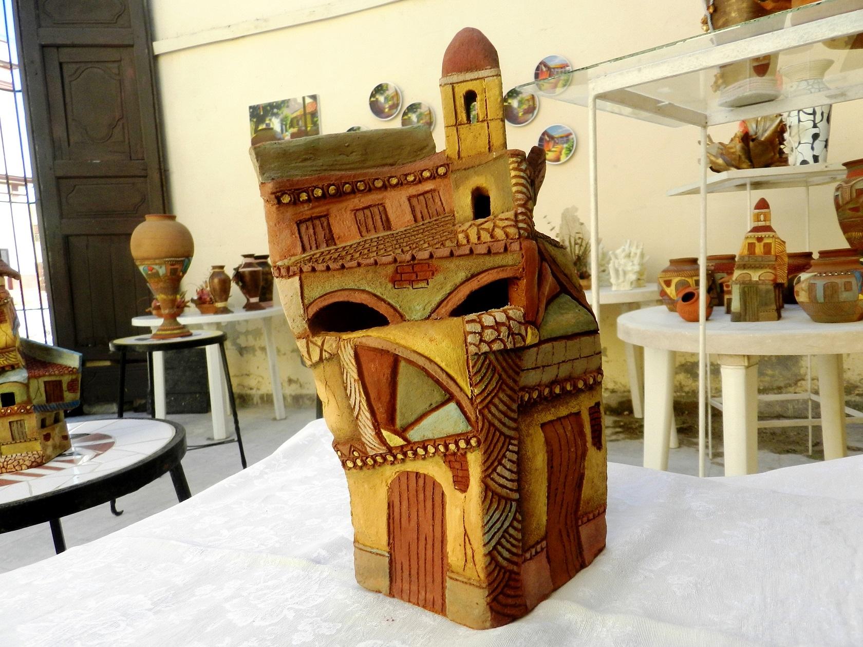 Guerra López refleja desde el arte cerámico la historia arquitectónica y natural de una de las urbes más antiguas de América