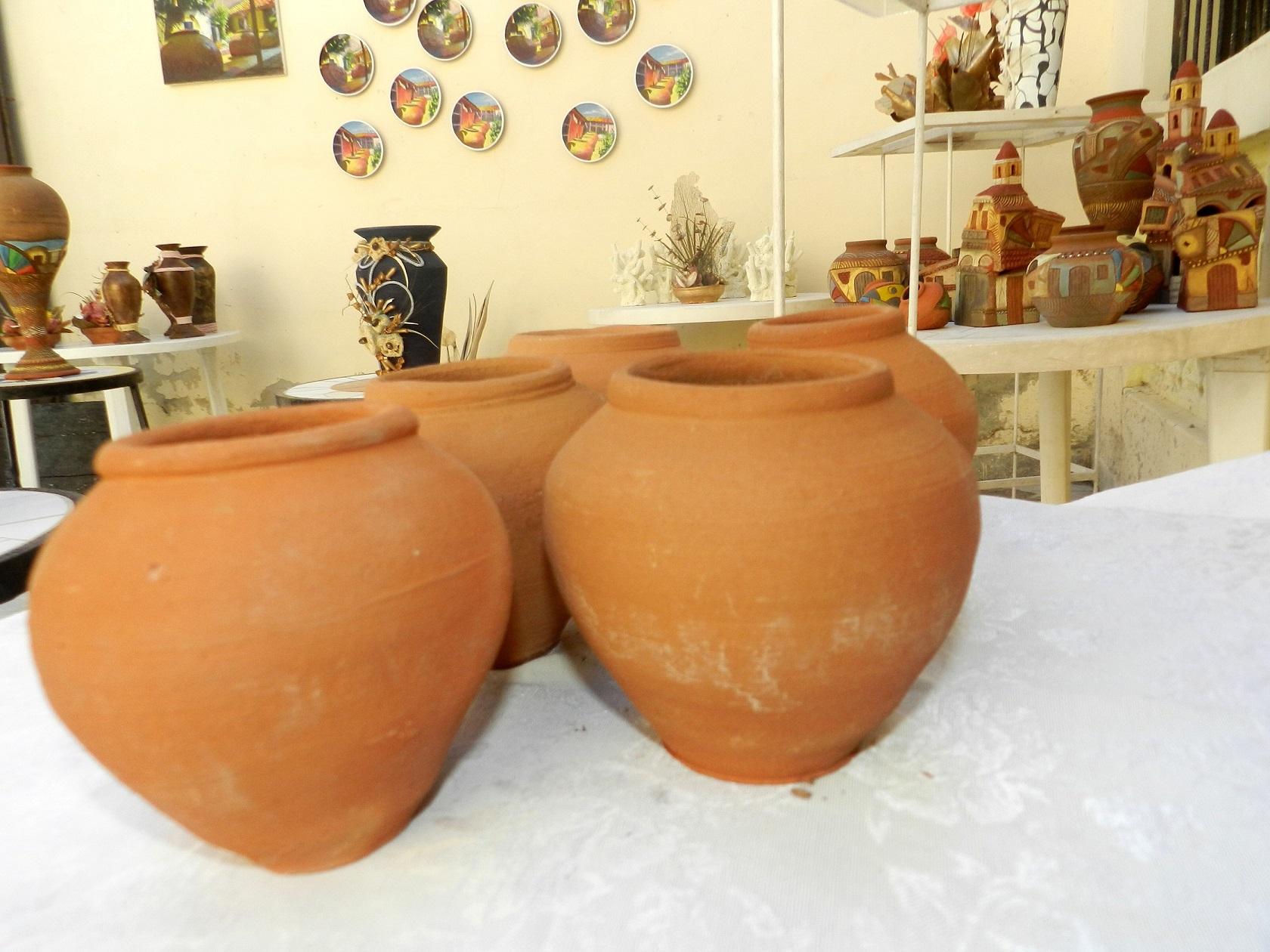 Los tinajones no tienen el fin utilitario de almacenaje de agua sino que otorgan ese toque ornamental y tradicional de embellecer