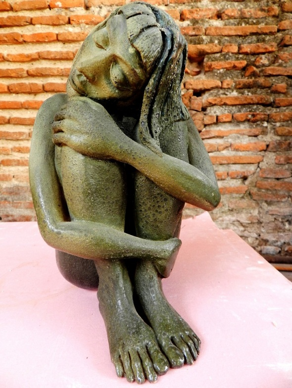 Autor Ramon Torres Valls. Titulo Meditacion. Tecnica Ceramica Esmalte. Dimensiones 24 cm x 18 cm. 2013..