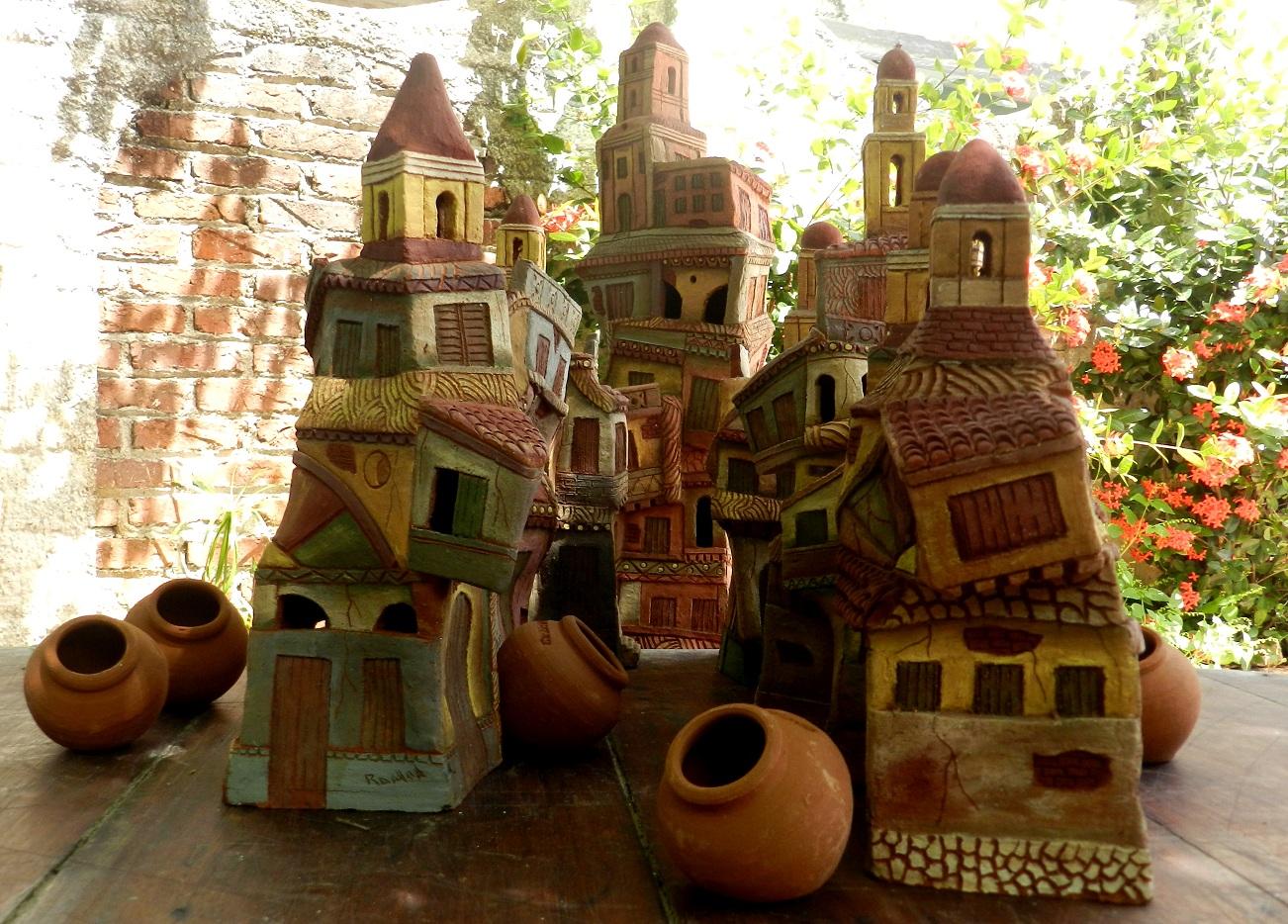 La ciudad de los Tinajones e iglesias torrenciales, es uno de los temas del ceramista camagüeyano Ramón Guerra, quien, en sus obras