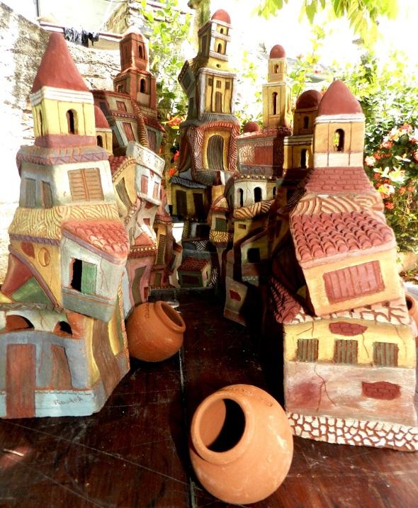 Representacion en ceramica de la ciudad de iglesias, vieja arquitectura y tinajones