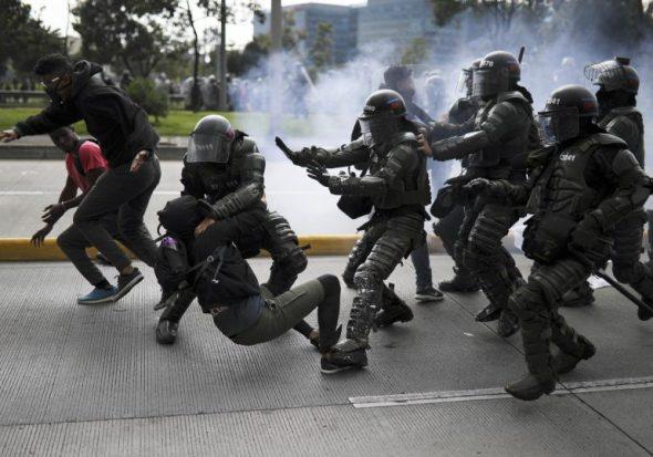 Escuadrón Móvil Antidisturbios. Brutalidad de la policia en Estados Unidos. ¡Parecen Bestias! Foto contagioradio.com